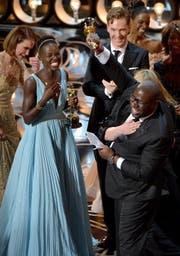 Überschäumende Freude bei Lupita Nyong'o (links) und Steve McQueen (rechts) über die Preise für «12 Years a Slave». (Bilder Keystone)