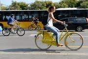 Die Stadt Luzern erhält einen Preis für ihre velofreundlichen Kampagnen. Auf dem Bild: Velofahrer beim Schweizerhof. (Bild Eveline Beerkircher)