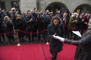 Mit Blitzlichtgewitter wurden die Parlamentarier (hier Lisa Zanolla, SVP) vor dem Regierungsgebäude empfangen. (Bild: Dominik Wunderli (Luzern, 4. Dezember 2017))