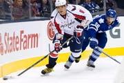 Alexander Owetschkin (links) im Spiel gegen Toronto Maple Leafs Carl Gunnarsson (rechts). (Bild: Keystone)