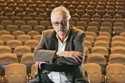 Hansjörg Schneider im Theater Basel, wo er in den späten 1960er-Jahren als Regieassistent arbeitete. (Bild: Bastian Schweitzer/Diogenes-Verlag)