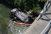 Das Auto landete auf dem Dach im Bachbett. (Bild: Staatsanwaltschaft Luzern)