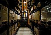 Im Logistikzentrum von Bossard ist zwar vieles automatisiert, doch ohne Menschen geht es nicht. Bild: Stefan Kaiser (Steinhausen, 21. Februar 2013)