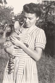 Lucie Tanner im Jahr 1946 mit ihrer afrikanischen Wildkatze, einem Serval. Auf Streifzügen im Wald entdeckte sie neue Orchideen, etwa die nach ihr benannte Art Tridactylus tanneri (links). Bilder: Privatarchiv Lucie Tanner
