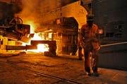 Produktionshalle bei Schmolz+Bickenbach. (Bild: Boris Bürgisser/Neue LZ)