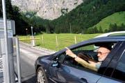 Antoine Caspers reagierte vergangenen Sommer an der Schranke auf Stöckalp wegen der hohen Parkgebühr auf der Frutt mit einer Kehrtwende. (Bild Romano Cuonz)