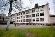 Das Schulhaus Staffeln (unten) wird geschlossen. Unter anderem im Singsaal (oben) wurden Schadstoffe nachgewiesen. (Bilder Boris Bürgisser)