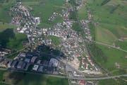 Wird die Autostrasse A8 (hier eine Luftaufnahme über Alpnach) wieder zu einem Politikum? (Bild: Daniel Reinhard / Neue OZ)