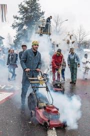 Hauswarte sorgten mit ihren Rasenmähern für viel Rauch. (Bild: Nadia Schärli (Grosswangen, 11. Februar 2018))