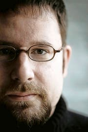 Der Luzerner Schriftsteller Dominik Riedo hat ein Buch über seinen pädophilen Vater geschrieben. (Bild: PD)