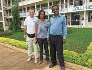 Oben: Siael Mkonyi feiert ihren Bachelor-Abschluss. Unten: Siael Mkonyi mit ihrem Vater Winluck (rechts) und dem Hochdorfer Peter von Bergen. (Bild: PD (Moshi, Tansania, 18. November 2017))