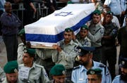 Soldaten beerdigen einen israelischen Wachposten. (Bild: EPA/Abir Sultan (Har Adar, 26. September 2017))