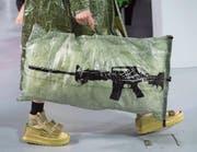 Ein neues Accessoire gefällig? Mit dieser Tasche erlangen Sie gewiss Aufmerksamkeit. (Bild: Caroline Blumberg/Keystone (Paris, 21. Januar 2018))