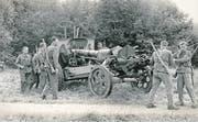 Mitglieder eines Wiederholungskurses, darunter auch Angehörige des Artillerievereins Rottal und Umgebung, im schwyzerischen Seewen im Jahr 1950. (Bild: Archiv Artillerieverein Rottal und Umgebung)