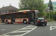 Die Passagiere mussten den Bus verlassen. (Bild: Leserfoto Bote der Urschweiz)