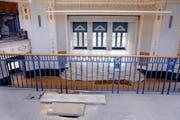 Die Böden des grossen und kleinen Casinosaals sind verdeckt, der Teppich auf der Empore wird entfernt. (Bilder Werner Schelbert)