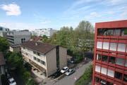 Das Gebäude bei der Kreuzug Baarerstrasse - Mattenweg wird abgerissen. (Bild Christof Borner-Keller/Neue ZZ)