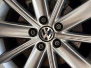 Nach dem Abgas-Skandal bei Volkswagen rollen weltweit nun weniger neue VW-Autos auf den Strassen als im Vorjahr. (Bild: KEYSTONE/EPA/DIVYAKANT SOLANKI)