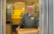 Hans Tresch steht nur noch bis Ende Januar hinter dem Geschäftskunden-Schalter der Stanser Post. (Bild Corinne Glanzmann/Neue NZ)