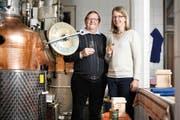 Vater und Tochter stehen hinter dem Whisky made in Altbüron: Hans und Jolanda Stadelmann. (Bild Corinne Glanzmann)