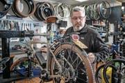 Walter Scheidegger überprüft die Fahrtüchtigkeit eines E-Bikes. (Bild: Nadia Schärli (Ebikon, 10. Februar 2017))