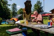 Edi Eichenberger grilliert und isst beinahe jeden Tag im Freibad Willisau. (Bild: Philipp Schmidli (Willisau, 21. Juni 2017))