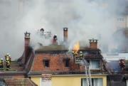 Die Feuerwehr der Stadt Luzern bekämpft einen Dachstockbrand an der Maihofstrasse am 15. Juni 2013. (Bild: Leserbild Daniel Lammertz)