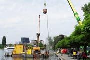 Schweres Gerät ist zur Zeit am Zuger Seeufer im Einsatz. (Bild: PD)