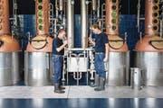 Die beiden Brennmeister Urs Wiss (links) und Tobias Hauser kontrollieren einen Kirschbrand. (Bild: Patrick Hürlimann (Zug, 21. September 2017))