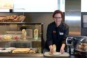 Im Migros-Restaurant in Kriens: Silvia Wälti (35) kann nach ihrem «Schlägli» wieder arbeiten und schafft mittlerweile zweieinhalb Stunden pro Tag. (Bild: Nadia Schärli / Neue LZ)