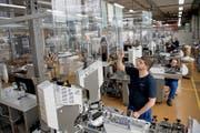 Blick in die Produktion bei der Komax Holding AG in Dierikon. (Bild: Corinne Glanzmann (Dierikon, 26. Januar 2017))