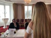 Eine Kandidatin präsentiert sich im Château Gütsch der Jury. (Bild: PD)