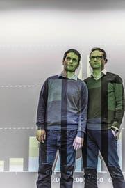 Online: Robert Bachmann (rechts, Leiter) und René Meier (stv. Leiter) richten ihren Blick täglich auf die Zugriffszahlen unserer Website. (Bild: Nadia Schärli)