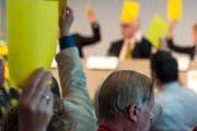 Meinungen machen und kundtun. Und etwas geben und anderes bekommen. Blick in die Versammlung einer Partei. (Bild: Keystone)