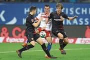 Hamburgs Filip Kostic wird von Leverkusens Panagiotis Retsos (links) und Tin Jedvaj in die «Zange» genommen. (Bild: Martin Rose/Getty)