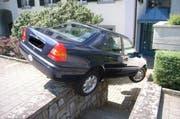 Das Auto blieb in der Luft hängen. (Bild: Kapo UR)