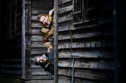Jonny Fischer (oben) und Manu Burkart können sich oft nicht mehr erinnern, wo ihre Pointen herkamen. Vieles entsteht spontan beim Rumblödeln, wie beim Fotoshooting auf dem Zuger Stierenmarkt-Areal. (Bild: Stefan Kaiser / Neue ZZ)