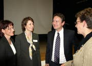 Hahn im Korb: Referent Bucheli im Gespräch. (Bild Kurt Liembd/Neue NZ)