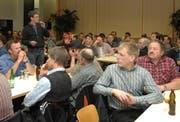 Impression von der Fragerunde; am Mikrofon Martin Ambauen. (Bild Richard Greuter/Neue NZ)