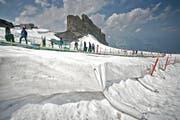 Eingepackt: Ein Vlies soll Teile des Titlisgletschers - hier beim Gletscherpark - vor der Sonneneinstrahlung und somit vor dem Schmelzen schützen. (Bild: Pius Amrein)