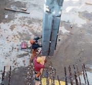 Flankierende Massnahmen bekämpfen Lohndumping, etwa im Bauwesen. (Bild: Ennio Leanza/Keystone)