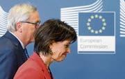 Bundespräsidentin Doris Leuthard beim gestrigen Treffen mit EU-Kommissionspräsident Jean-Claude Juncker in Brüssel. (Bild: Olivier Hoslet/EPA (Brüssel, 06. April 2017))