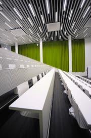 Wenn die Wirtschaftsfakultät an der Uni kommt, dann nicht vor Herbst 2016. Im Bild ein leerer Hörsaal. (Bild Pius Amrein)