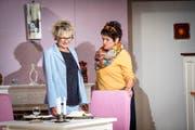 Regina Durrer (links) und Claire Häfliger bei der Hauptprobe für das Stück «Rochade». (Bild: Manuela Jans (Luzerner Zeitung))