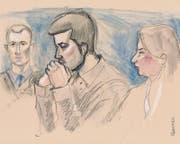 Der Angeklagte (Mitte) vor dem Gericht. (Bild: Marco Tancredi)