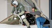 Startklar: Ein Pilot steigt in ein F/A-18-Flugzeug. Bild: Peter Klaunzer/Keystone (Payerne, 27. März)