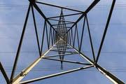 Blick auf einen Strommasten. (Bild: Gian Ehrenzeller/Keystone)