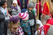 Die Kinder scharen sich um den Samichlaus. Jeder möchte sein Gedicht vortragen. (Bild Maria Schmid)