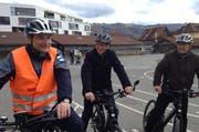 Ein Angebot der Pro Senectute des Kantons Zugs: Die Zuger Polizei zeigt Senioren den sicheren Umgang mit dem E-Bike. (Bild: PD)