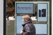 Werbebildschirme in einem Schaufenster in der Stadt Luzern. (Bild: Eveline Beerkircher/LZ (Luzern, 1. März 2018))
